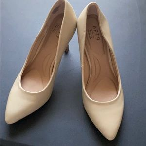 6.5 size shoes. Like new worn once. Nude heels